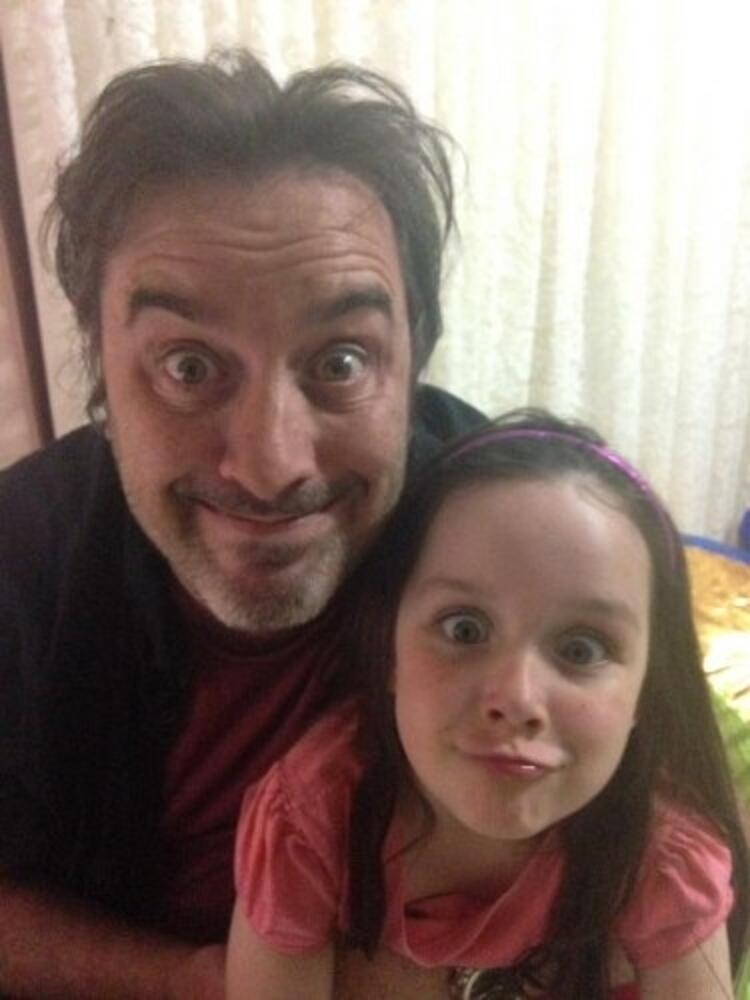Kanserle mücadele eden minik kızın en büyük destekçisi ailesi... Babası Andrew ve...