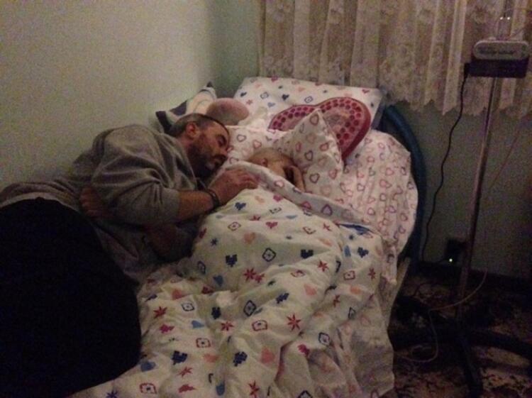 Baba kızın ilişkisi çok güçlü... Andrew, uyurken bile kızının yanından ayrılmıyor.