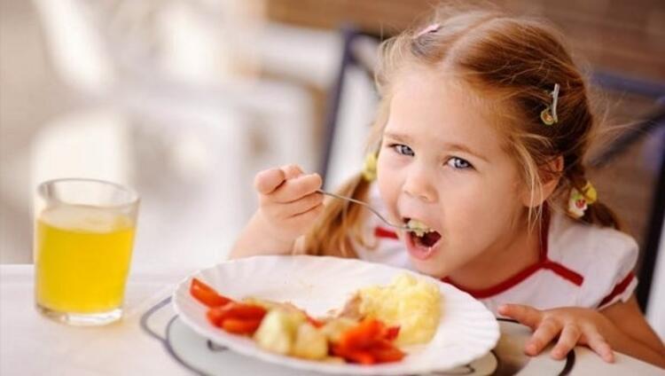 Besinleri iyi çiğnemesini öğretin