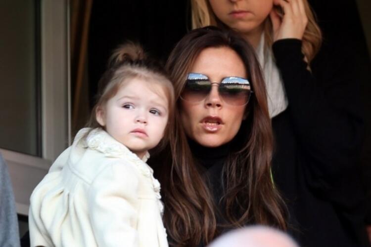 David Beckham'ın eşi ünlü tasarımcı ve moda ikonu Victoria Beckham bir dergiye kapak oldu. Beckham, dergiye verdiği röportajda 5 yaşındaki kızı Harper hakkında konuştu.