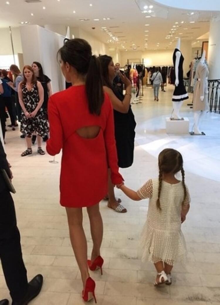 Giyim tarzlarıyla daima göz önünde olan ünlü çift Victoria Beckham ve David Beckhamın küçük kızı da anne ve babasının izinden ilerliyor.
