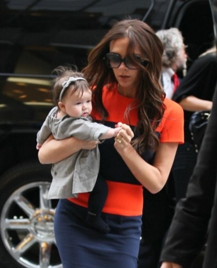 Minik moda ikonunu bebekliğinden itibaren anne ve babasının kucağında şık kıyafetlerle görmeye alıştık.