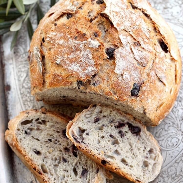 Ev yapımı zeytinli kekikli ekmek