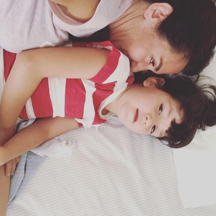 Ayşe Tolga kızı Can Yael ile birlikte