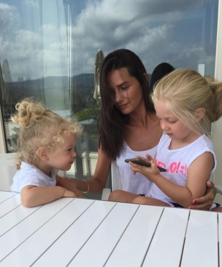 Yasemin Özilhan kızları Ela ve Emine ile birlikte