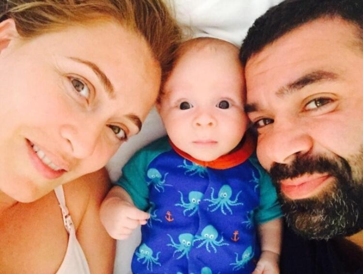 Ceyda Düvenci, oğlu Okan Ali ve eşi Bülent Şakrak