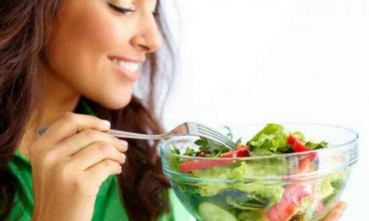 Kırmızın etin yanında bol limonlu salata