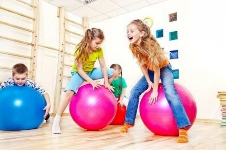Profesyonel spor dalıyla ilgilenen çocukların başarısını destekler