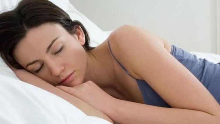 Teknolojik cihazlardan uzaklaşın, bunu mümkün oldukça yatağa geçmeden 30 dakika önce yapmanızda fayda var.