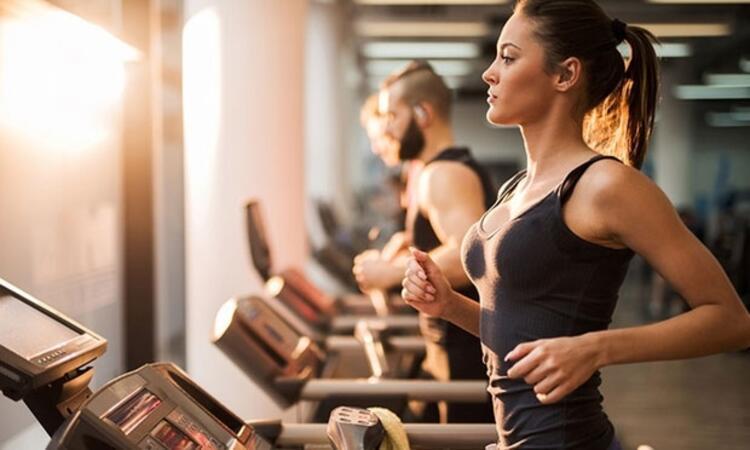 Gün içinde küçük egzersizler yapmalısınız. Her gün düzenli olarak yapılan spor uyku kalitenizi olumlu olarak etkileyecektir