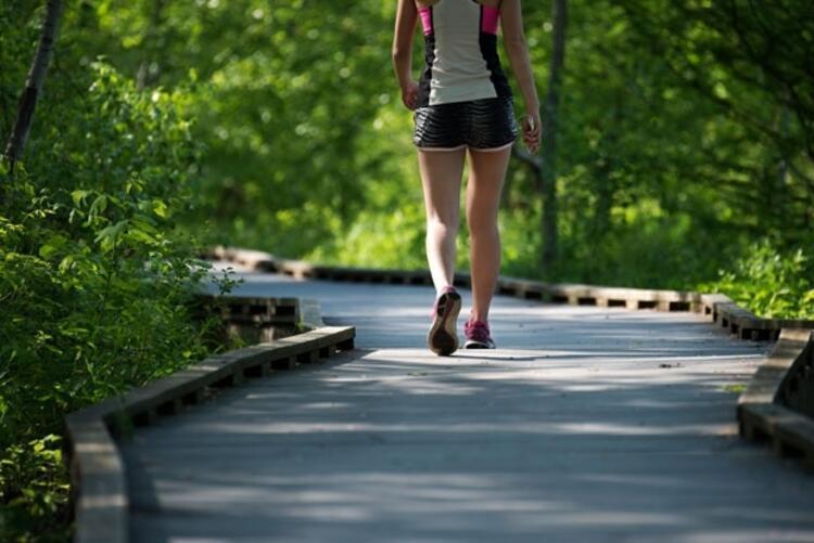 Yürüyüş egzersizini doğru bir şekilde yapmanın çok önemli olduğunu söyleyen Fizik Tedavi ve Rehabilitasyon Uzmanı Prof. Dr. Selda Özçırpıcı, yürüyüş yaparken dikkat etmemiz gereken 12 kuralı açıkladı.