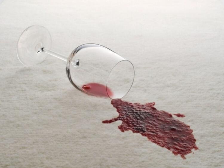 Koltuktaki şarap lekesi nasıl geçer