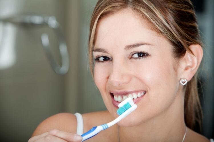 Sert diş fırçası kullanmak dişleri bembeyaz yapar