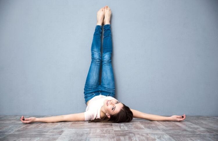 Bacakları Duvarda Dik Uzatma Pozisyonu
