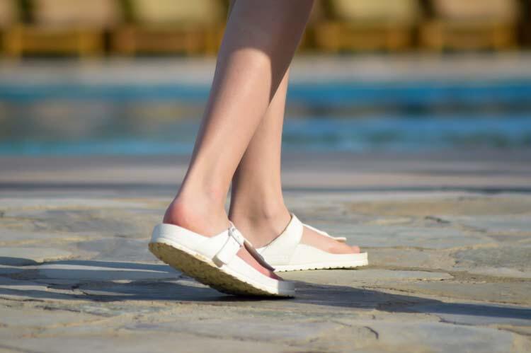 Havuz kenarında çıplak ayak dolaşma