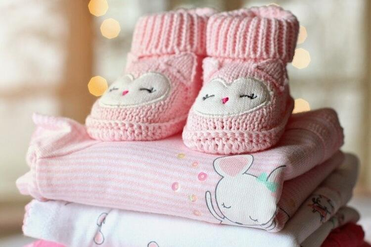 Minik ayaklara değen anne dokunuşları