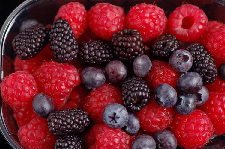 Kırmızı orman meyveleriyle detoks yapın