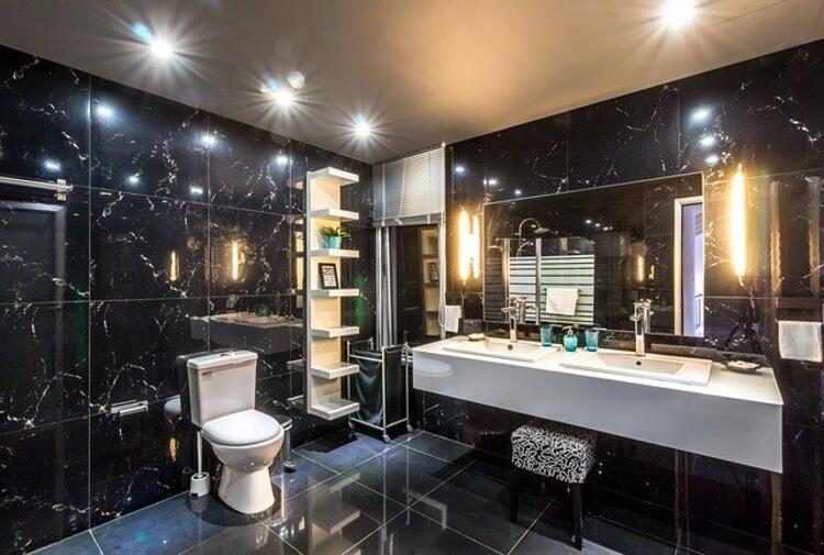 Küçük banyolarda aydınlatma detayı