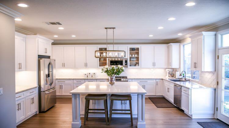 Her tarza uygun beyaz mutfak dolapları