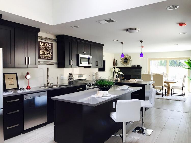 Ciddiyetin temsili siyah renkli mutfak dolapları