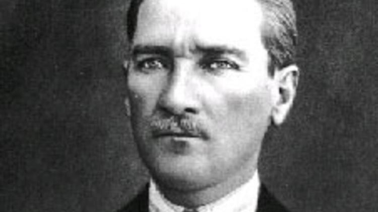 Atatürkün gözleri hangi renkti