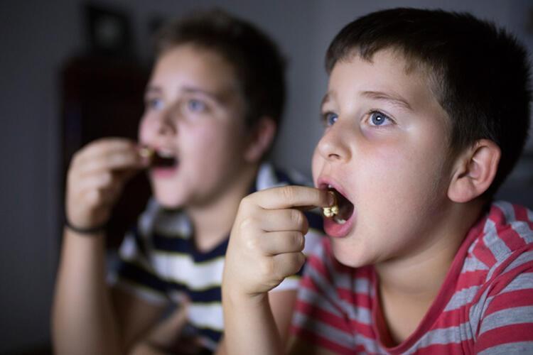 Ekran karşısında yemek yemesini önleyin
