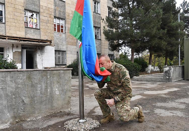 AZERBAYCAN BAYRAĞINI ÖPTÜ