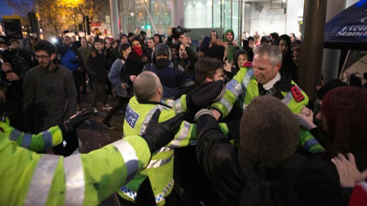 İngiliz polisinden öğrencilere sert müdahale
