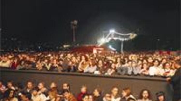 15 bin kişi izledi ünlüler ön saftaydı