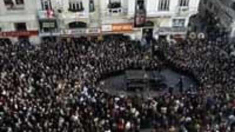 Crowds mass in Istanbul to bid farewell to Hrant Dink