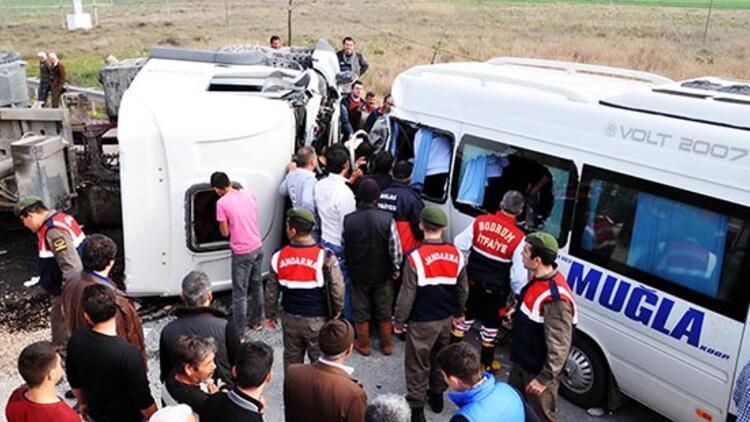 TIR'la yolcu minibüsü çarpıştı: 15 yaralı