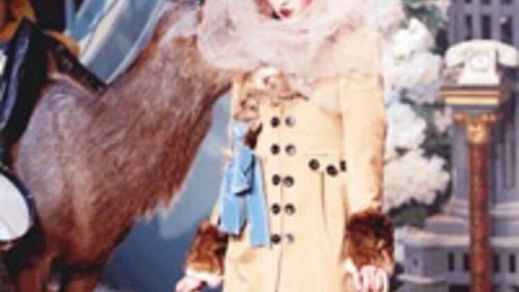 Lagerfeld buzda dans etti Galliano defilesi cadı kazanıydı