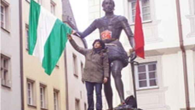 Osmanlı askerinin kafasını ezen heykele tepki