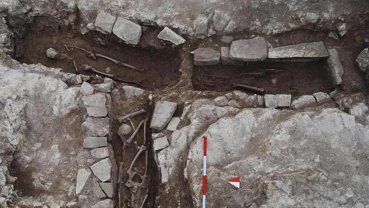 Asırlık mezarlar toprak üstüne çıkıyor