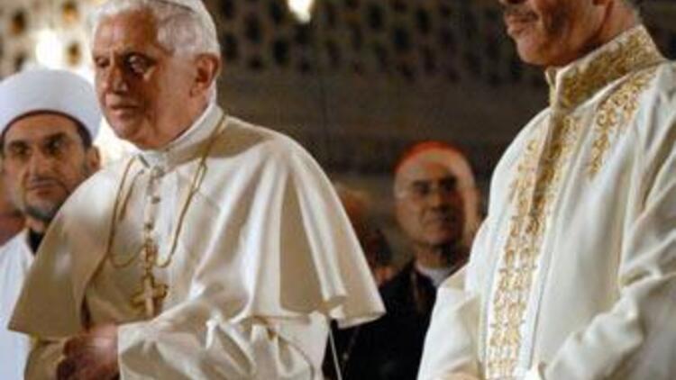 Dış basın: Papa tarihi jest yaptı