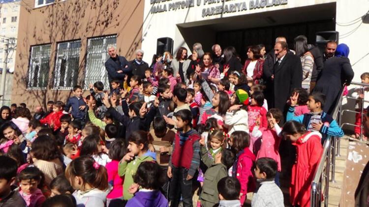 Kürtçe okulda ilk karne sevinci
