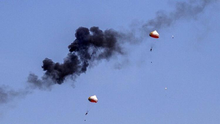Gösteri uçakları havada çarpıştı, pilotlar paraşütle böyle atladı