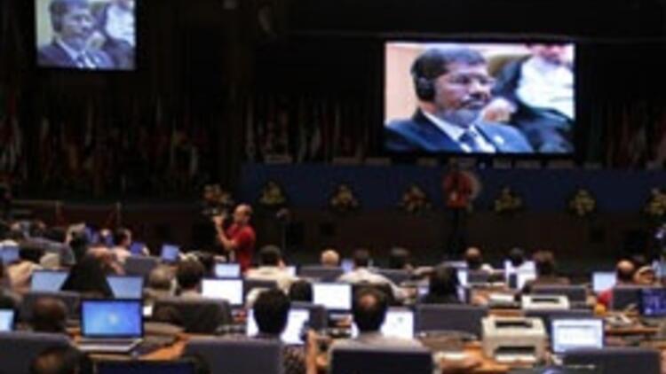 Mursi'nin tarihi ziyaretinde Suriye gerginliği
