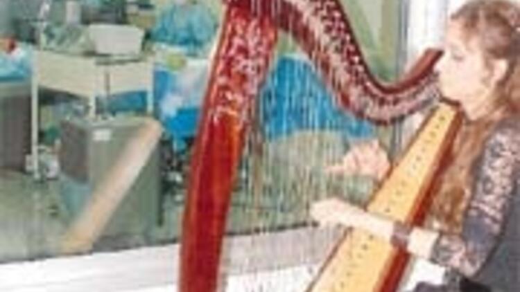 VIP hastaya canlı müzikle göz ameliyatı