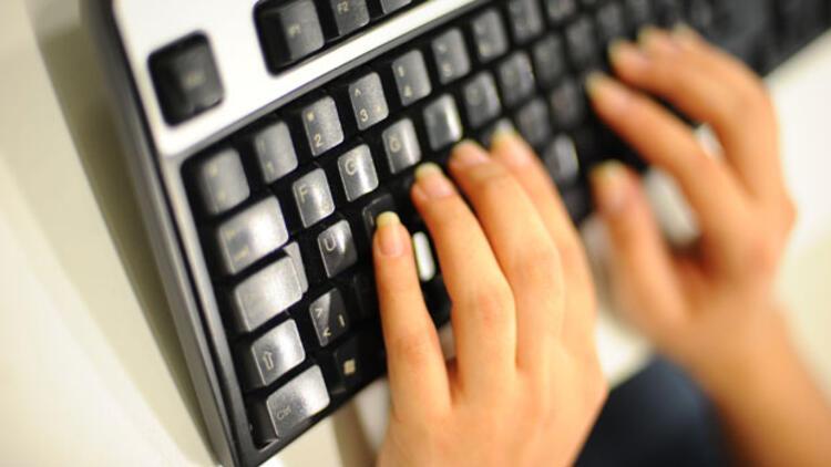E klavye Türkçeye uygun değil
