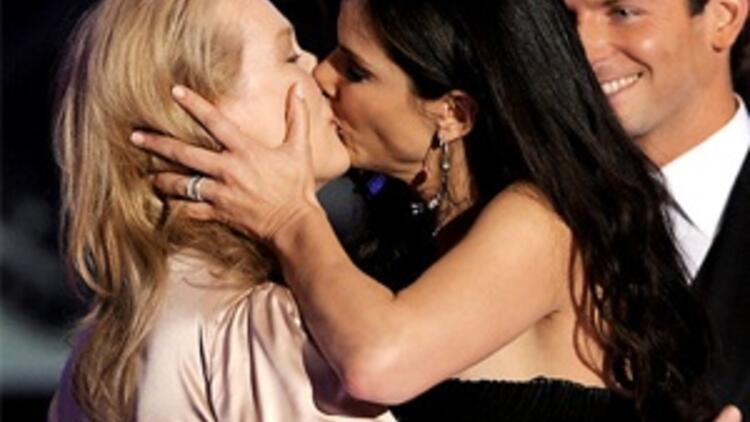 Ödülü dudak dudağa paylaştılar