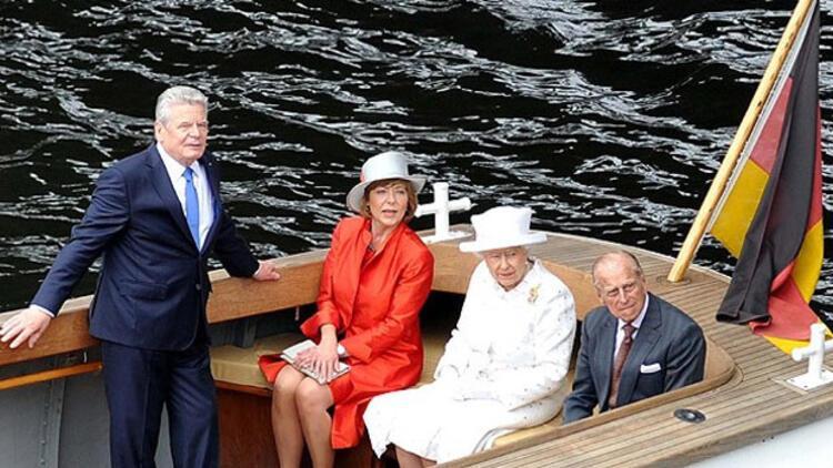 Kraliçe Elizabeth Almanya'da tekne gezisi yaptı