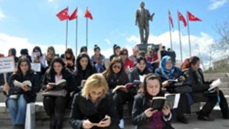 Meydanlarda kitap okuma etkinliği