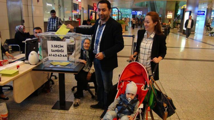 Sınır kapılarında ve havaalanlarında oy verme işlemi başladı