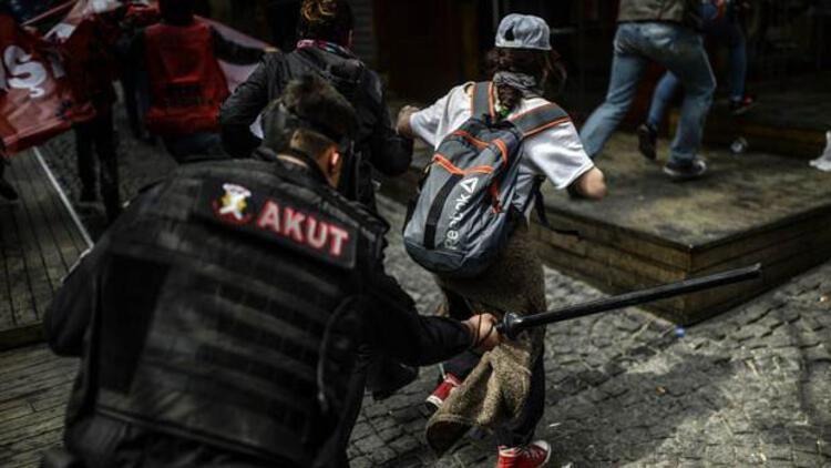 AKUT yelekli polisten göstericiye coplu müdahale