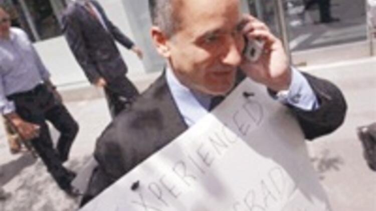 Boynuna levha astı, 'MIT mezunu iş arıyor' diye Wall Street'e çıktı