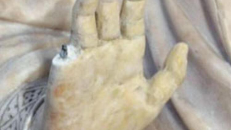 600 yıllık Meryem Ana heykelinin parmaklarını kopardı