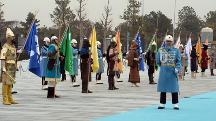 Eski Türk devleti askerleri Aliyevi karşıladı