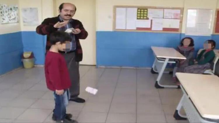 Müdür başarılı öğrencileri başlarından para saçarak ödüllendirdi