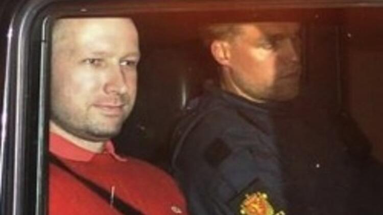Norveçli cani Breivik duruşmadan çıkarken gülümsüyordu